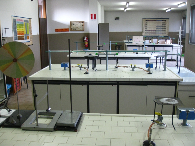 http://www.massere.it/paci/images/stories/Istituto%20Paci%20Laboratorio%20Chimica%20800.jpg